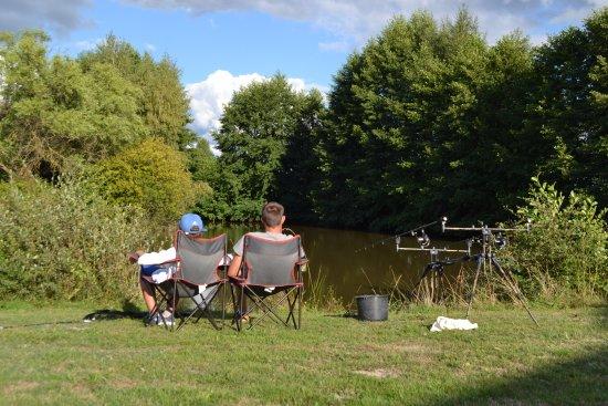 Gièvres, France : Partie de pêche autour de l'étang situé sur la propriété