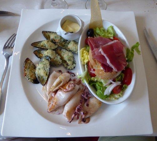 Quillan, ฝรั่งเศส: Assiette ibérique (pan y tomate, moules, calamars...)