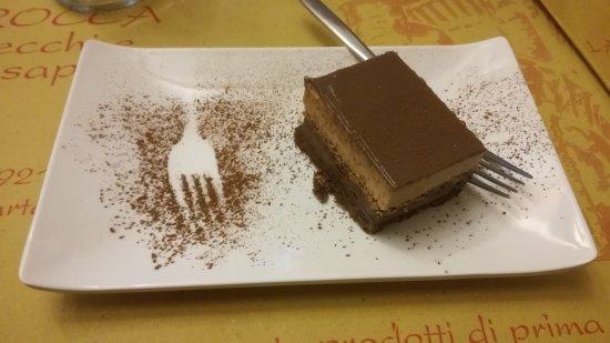 Carbonara Scrivia, Italia: Dolce della casa: biscotto con crema di nocciola e Nutella, buono!