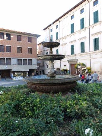 Piazza della Repubblica : l'unica aiuola rimasta della piazza