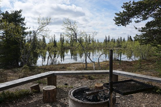Tankavaara, ฟินแลนด์: The campfire site of Koiranjuomalampi Pond