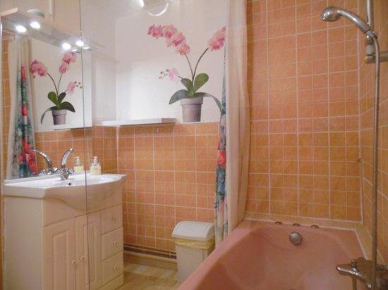 Salle de bain privative située sur le palier en face de la chambre ...