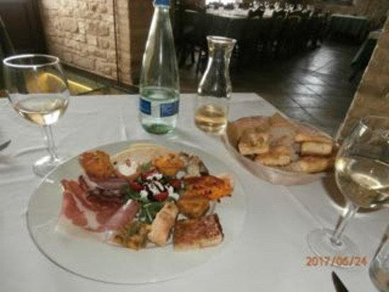 Sassoferrato, Ιταλία: Antipasto with a selection of foccacine and bread on the side.