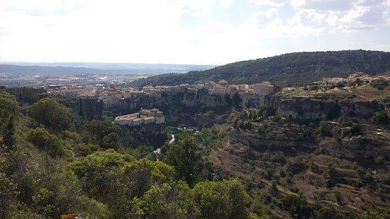 Parador de Cuenca: Vista del hotel a la izquierda.