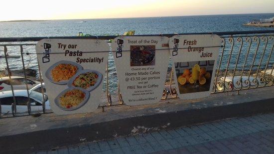 Oblico Cafe: Cartelloni dalla passeggiata a mare