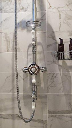 Swan Hotel & Spa: Shower in the bathroom