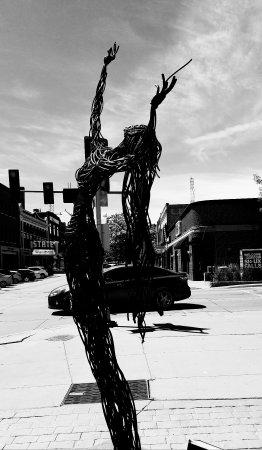 SculptureWalk Sioux Falls: 创意街头雕像添城市情趣__南达科它州苏瀑市游