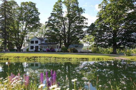 Newfield, Estado de Nueva York: Enfield Manor,surrounded by conservation land.