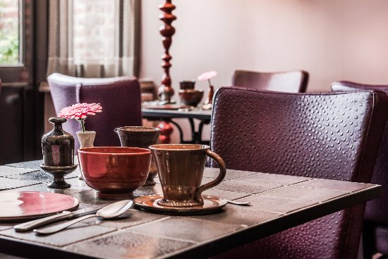 Main Street Boutique Hotel: Breakfast Room with home made Crockery