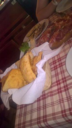 Fabbrico, İtalya: gnocco e salumi