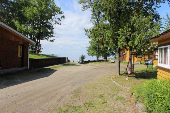 Glen Garry Motel & Cottages: Drive up to the lake