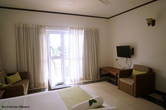Zona soggiorno con l ampia vetrata sul giardino foto di bambous
