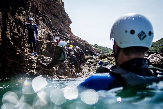 St. Helier, UK: Group coasteering fun