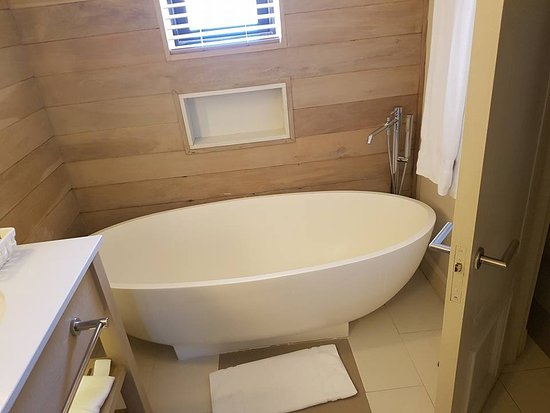 Très grande baignoire - Bild von LUX* Belle Mare, Belle Mare ...