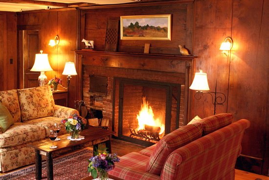 Three Mountain Inn: Common Room with central fireplace
