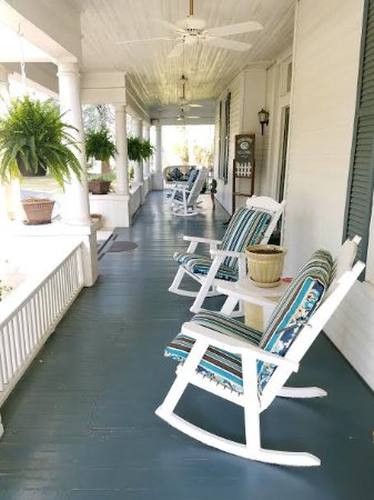 Abbeville, SC: Southern porch w/ swing!