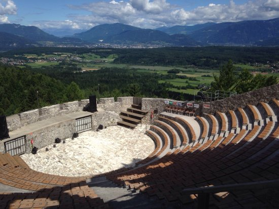 Finkenstein am Faaker See, Avusturya: Beautiful castle and outdoor music amphitheater!