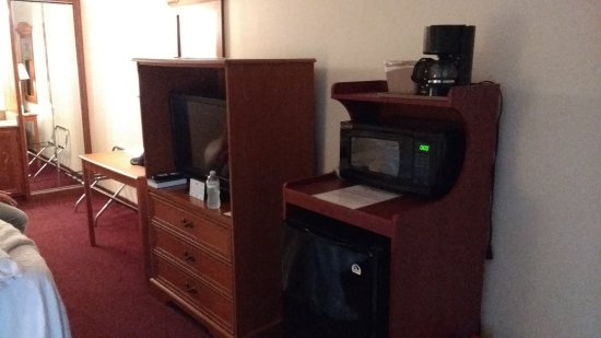 هونييسوكلي إن آند كونفرنس سنتر: Dresser/TV, Fridge/microwave, table and chair, mirrored closet