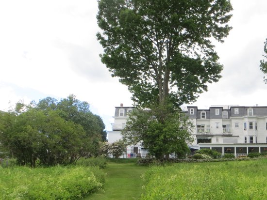 Sugar Hill, NH: The back of the inn has fabulous views of the white mountains.
