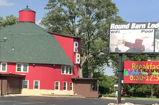 Round Barn Lodge: Outdoor front