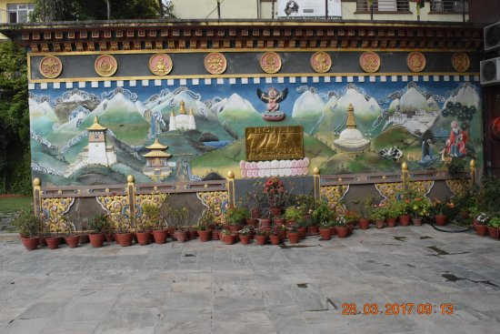 Hotel Tibet International: Mural in hotel courtyard