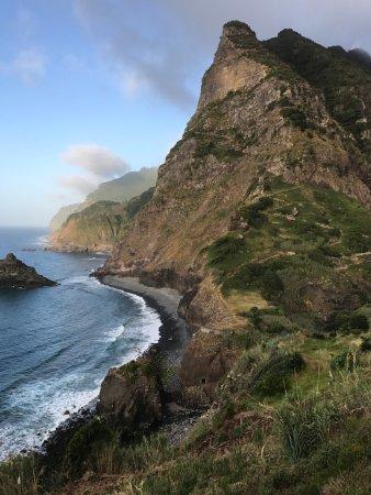 vue extraodinaire depuis la terrasse, sur la cap Boaventura, et le sentier royal (à tenter).