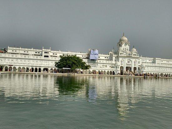 Akal Takht: edificação com lago sagrado