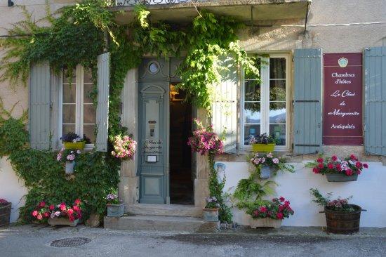 Peyriac-Minervois, France: Notre façade fleurie