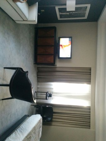 Benson Hotel: Only way to see TV easily
