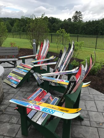 Plymouth, Nueva Hampshire: Adirondack chairs made from old skis
