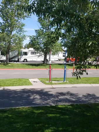 Yellowstone Grizzly RV Park: Yes, that is the dump site just across from my rv site