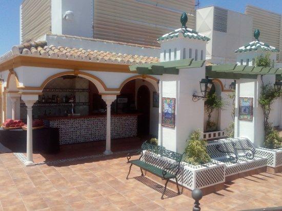 Hotel Sevilla Macarena : Bar vers la piscine