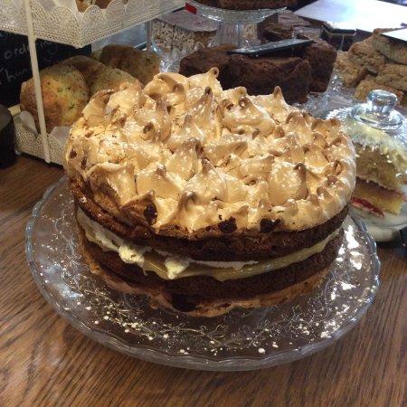 Boroughbridge, UK: Lemon meringue cake...