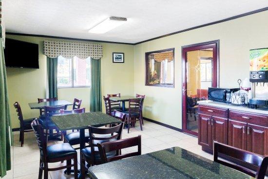 Days Inn Renfro Valley Mount Vernon : Breakfast Room Seating