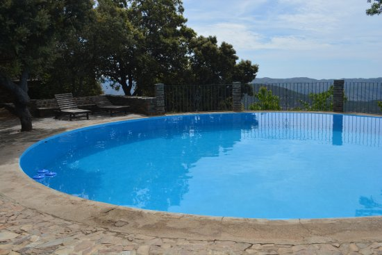 Pitres, Spanien: Pool overlooking the mountains.