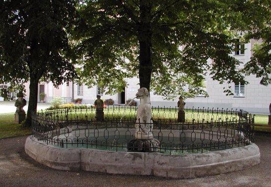 Steyr, Austria: Brunnen mit Hundeplastik