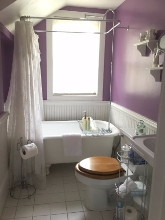 The Laurel Oak Inn: Lilac room bath