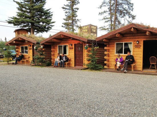 Cabins Outback and Burnt Paw Gift Shop: Our guests enjoying the evening with books and music.