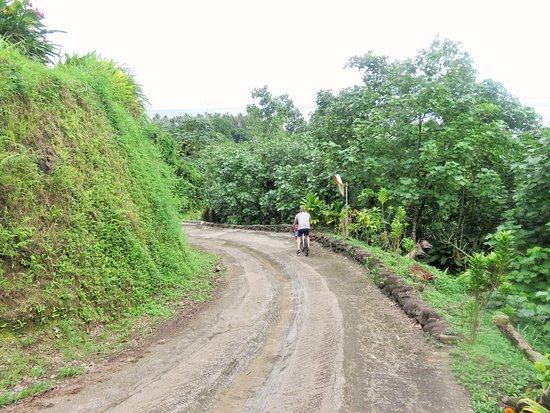 Teahupoo, Frans-Polynesië: Down Hill from Vanira Lodge on free bike hire