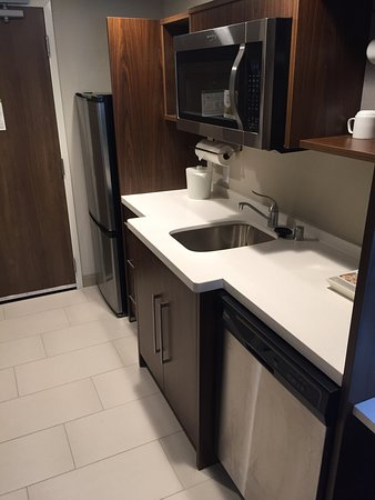 Menomonee Falls, WI: Nice room.  Has a full fridge, dishwasher, sink, and lots of room.