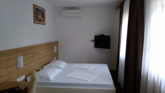 Cerklje, Slovenië: 清潔感のあるきれいな部屋。大型スーツケースを広げるスペースあり。