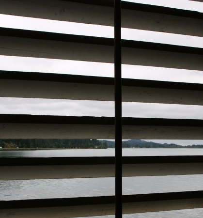 Lowell, ออริกอน: Looking through the slats of the bridge to the Dexter Reservoir.