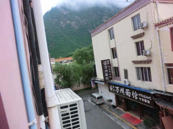 5 Yue Hotel Jiuzhaigou: 山が間近です