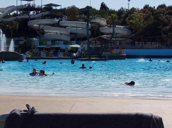 Aqua Natura: Vista general de parte de la gran piscina playa y algunos de los estupendos toboganes