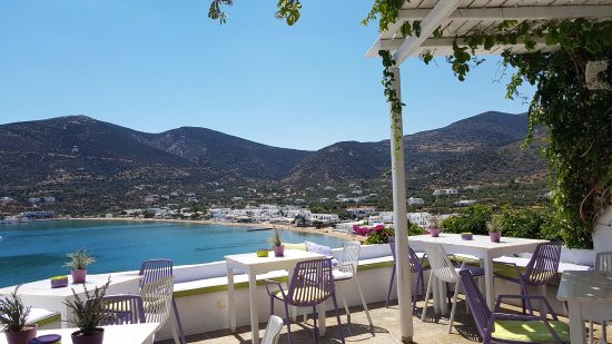 Niriedes Hotel: The view across Platis Gialos from the breakfast terrace