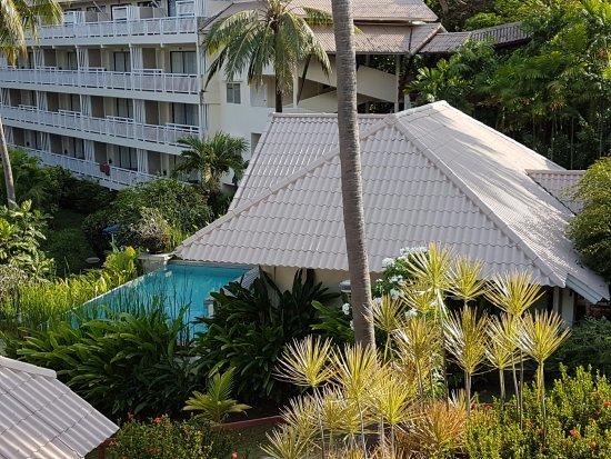 blick vom pool auf hotel wing und bungalow mit privatpool picture of cape panwa hotel cape. Black Bedroom Furniture Sets. Home Design Ideas
