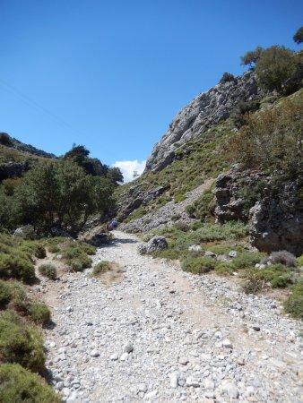 Crete, Greece: Bijna de hele wandeling gaat over losse keien, stenen, rotsen