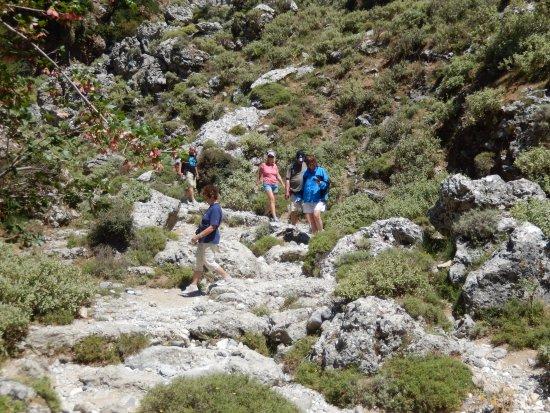 Crete, Greece: Uitkijken waar je loopt! Opgepast voor losliggende stenen, die kunnen erg verraderlijk zijn!