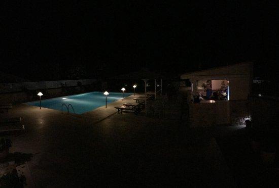 Thirides Beach Resort: Night photo of the Pool and Bar