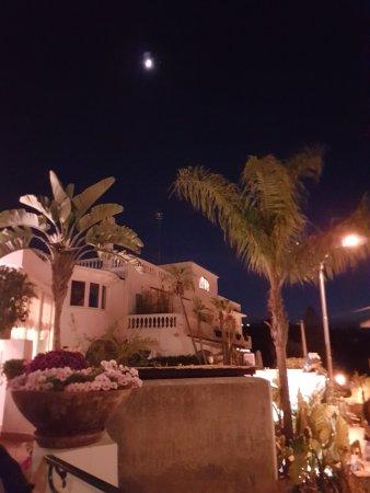 Hotel Villa Sirena: Panorama notturno dal patio d'ingresso